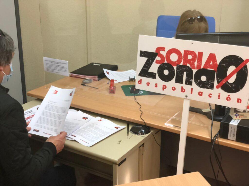 Entrega de documentos en el registro de la Subdelegación del Gobierno en Soria